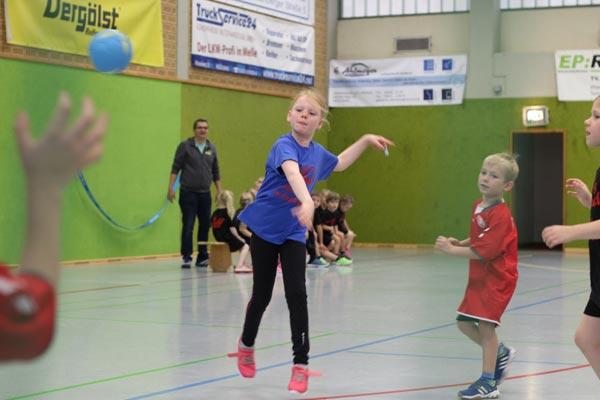 Minihandballer beim Spielfest in Melle